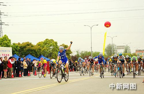 环崇明岛女子国际公路自行车赛首次上海堤(图)