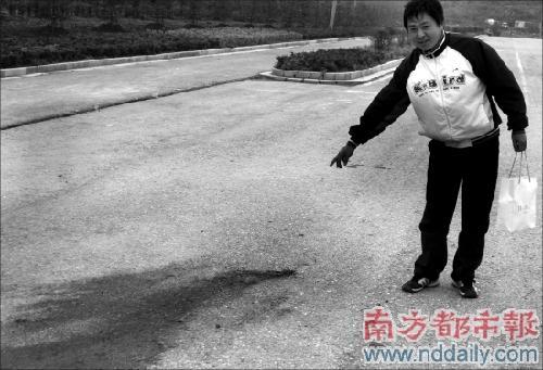 嫌疑人血迹和一地车窗碎玻璃.南京晨报供图