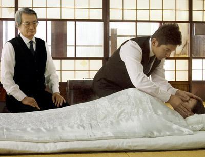 """入殓师"""".电影讲述东京某管弦乐队的大提琴手大悟在失业后看"""