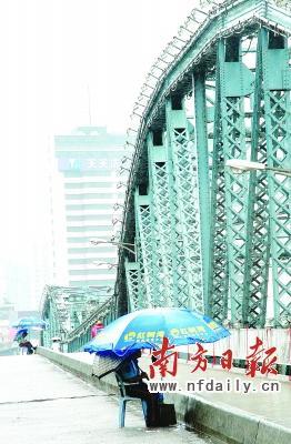 """新增设的""""护桥人""""在海珠桥中段全天候守护.杨曦黄宗治摄"""