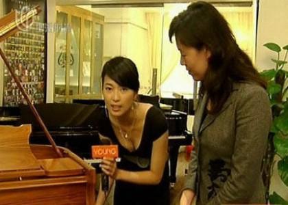 女主持人在采访中深露乳沟是否该受指责 凤凰网