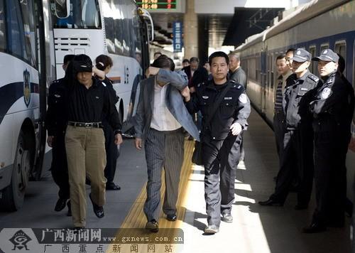 传销分子被押解回南宁.图片均由南宁市局经济侦查支队提供