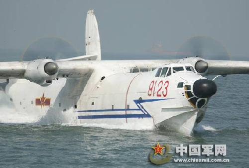 资料图:中国海军现役水轰-5型水上飞机在海面上滑行