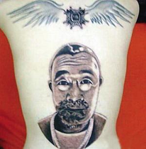 图片中清秀的小姑娘趴在床上,一名中年男子在她的后背上刺青,小姑娘有