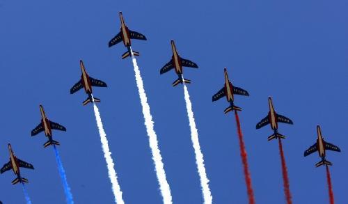 7月14日,在法国巴黎举行的国庆日阅兵式上,法国空军飞机从凯旋门上空