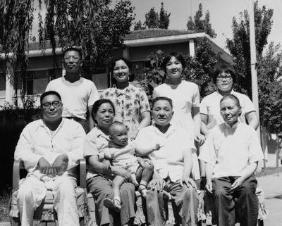邓小平/爷爷和孙女两人都在笑(1973年)。...