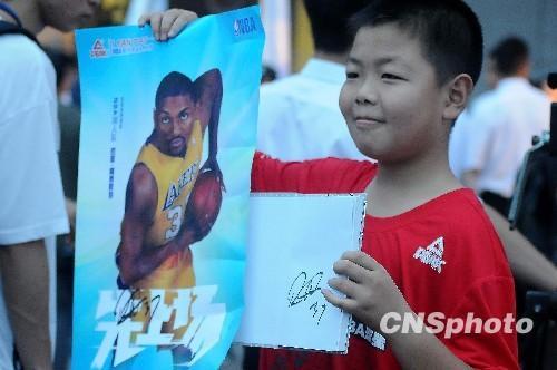 NBA球星阿泰斯特抵杭扮 许仙