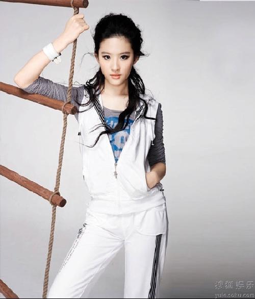 刘亦菲拍写真角色多变