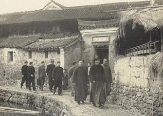 组图:蒋介石不愿逃离大陆 长跪祖坟前放声痛哭