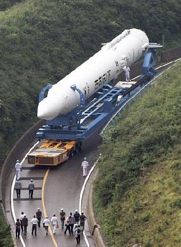 韩国首枚运载火箭开始运往发射场[组图]