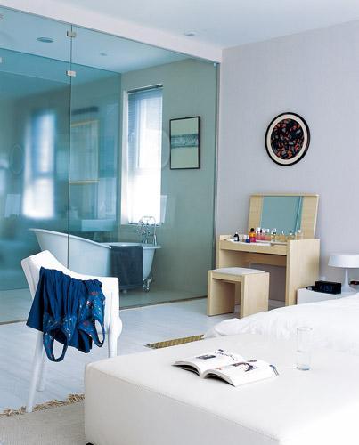 主臥室與沐浴間用透明玻璃做隔斷
