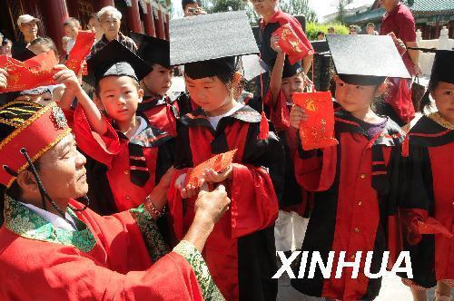 哈尔滨文庙参加拜孔子送红蛋活动和开笔礼仪式,这是文庙的工作人