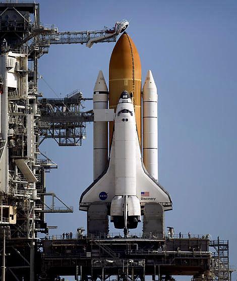 图为矗立在肯尼迪航天中心的发射台上的
