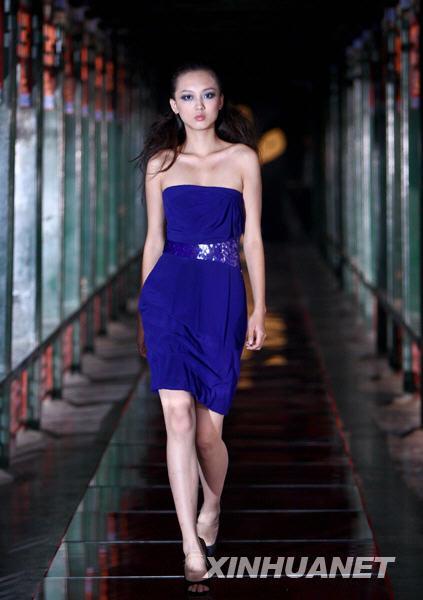 > 正文  当日,参加2009年cctv模特大赛的选手在北京颐和园拍摄外景
