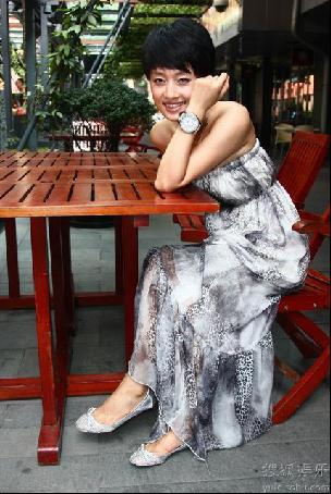 休息间,她冒着高温带着随行摄影师在武汉天地里拍起了写真.