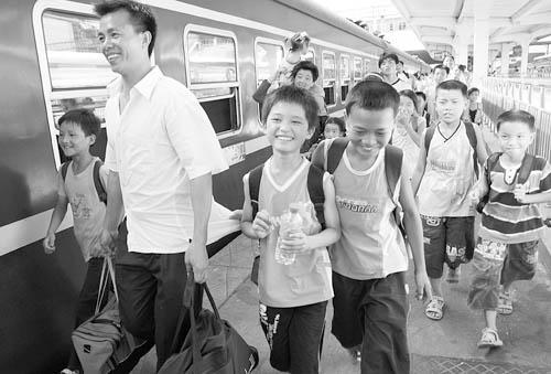 """2008年7月5日,南昌火车站,几名""""留守儿童""""结伴乘车去在外务工的父母"""