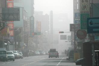 卑南溪风飞沙这几天弥漫台东市区,能见度低,空气污浊.