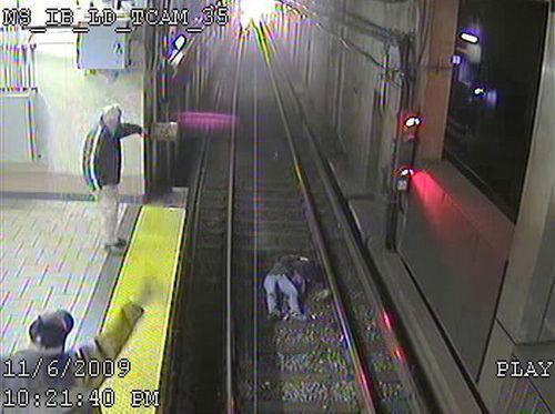 醉酒女子跌下地铁险被轧死