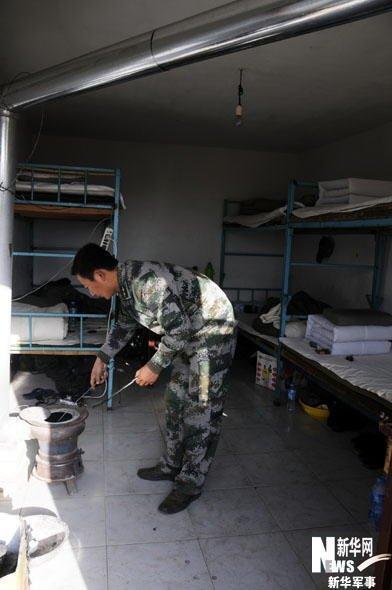 这是战士们的宿舍,冬天取暖依然要靠火炉. 新华军事记者  摄-探访解图片