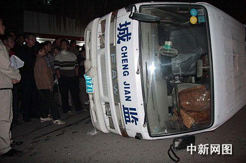 广西梧州城管与摊贩发生冲突 执法车被推翻