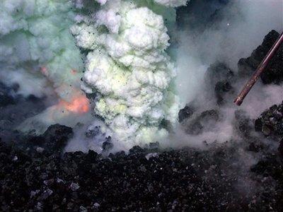 水下探测器拍摄到最深海底火山喷发奇景[图]