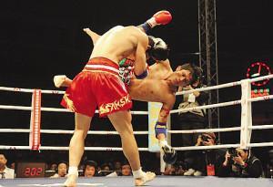 蓝桑坤(右)被KO-中泰对决争议KO致比赛中断 爱国哨引观众不满图片