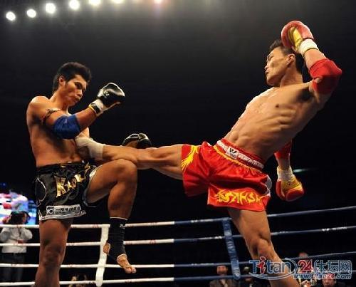 中国选手边茂富(右)在比赛中.