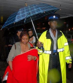 牙买加《观察家报》称,飞机降落时正值天下大雨.