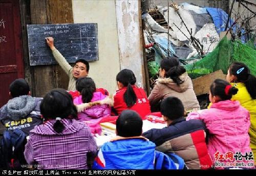今年冬季显得特别寒冷,向新老师和他的学生们依然在破旧的小木屋里