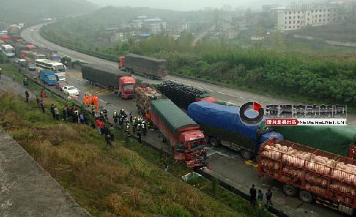 京珠高速郴州段凌晨12车连环相撞致两人死亡
