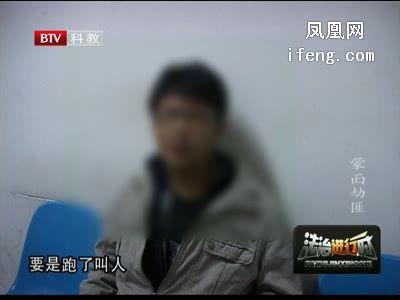 实拍:男子取款机取钱遭遇蒙面劫匪