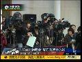 两会记者拍花絮 男子国旗发型最上镜