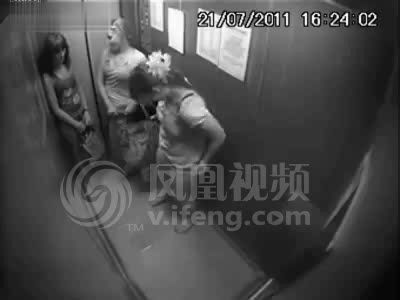 实拍俄美女把电梯当厕所小便