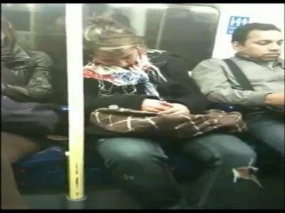 美女地铁上昏睡抱错男人尴尬不已