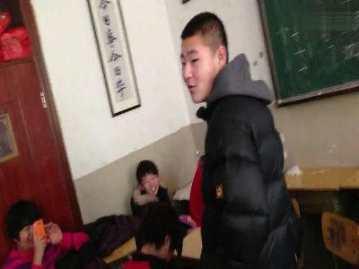 学生艹老师_女老师男学生课堂对打 学生起哄一片尖叫