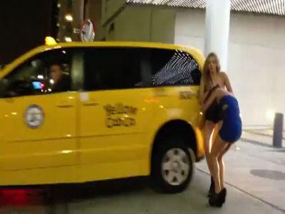 实拍两美女穿齐b小短裙扯发拖地互殴