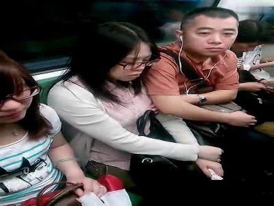 实拍男子上海地铁内偷摸熟睡女子胸部