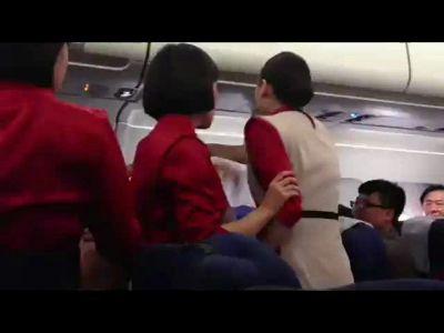 美国航班空姐广播中胡言乱语 飞机起飞延误