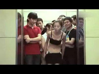 美女搭电梯超重狂脱衣