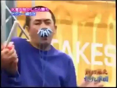日本恶搞色男游戏 夹子夹胸与美女拔河撤内衣