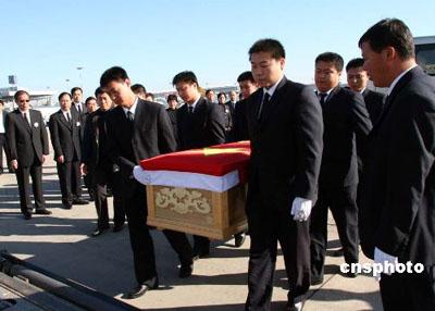 中央高规格治丧 霍英东灵柩披国旗运返香港