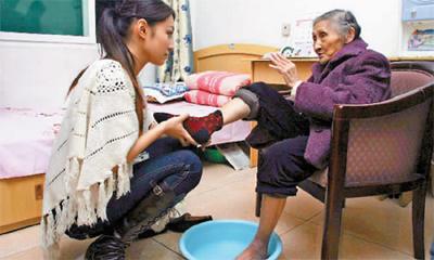 重庆小姐到福利院为老人洗脚 老人感动落泪/图