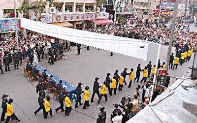 游街戴口罩不骑木驴是历史的进步(图)_资讯_凤