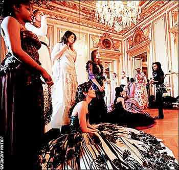 两名中国姑娘参加全球名门千金成年舞会