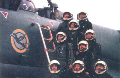 名试飞员驾驶三轴变稳飞机