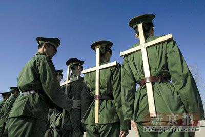 月19日,北京武警某部中队新兵训练基地,为了纠正新战士上体不