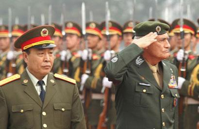 陪同巴西陆军司令阿尔布科尔克上将检阅中国人民解放军陆军仪仗队