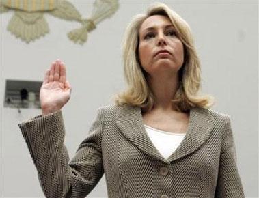 瓦莱丽·普莱姆16日出席美国国会的听证会前宣誓