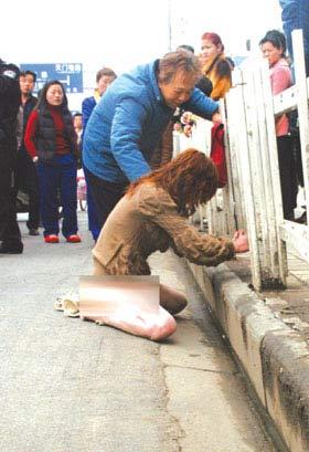 女子积蓄被男友卷跑后在街头裸奔