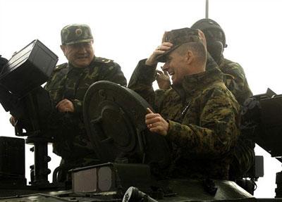 """见佩斯将军兴致不减,艾虎生将军提议:""""将军阁下,您是否愿意乘坐坦克开"""